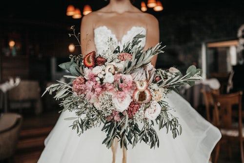 0106a5489f4 Коллекции свадебной моды-2019 предлагают невестам открыть свою  женственность и показать природную красоту. Кроме традиционных платьев  белого цвета, ...