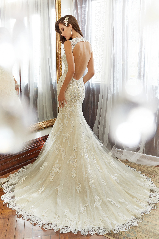 Фото кружевного свадебного платья со шлейфом